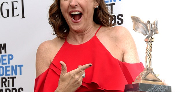 """Molly Shannon poses with her award for best supporting female for """"Other People"""""""