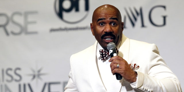 Host Steve Harvey speaks to reporters after the 2015 Miss Universe Pageant in Las Vegas, Nevada, op Desember 20, 2015. Op daardie stadium, Harvey said he misread the card when he made the announcement that Miss Colombia was the winner. Miss Philippines Pia Alonzo Wurtzbach was the actual winner.
