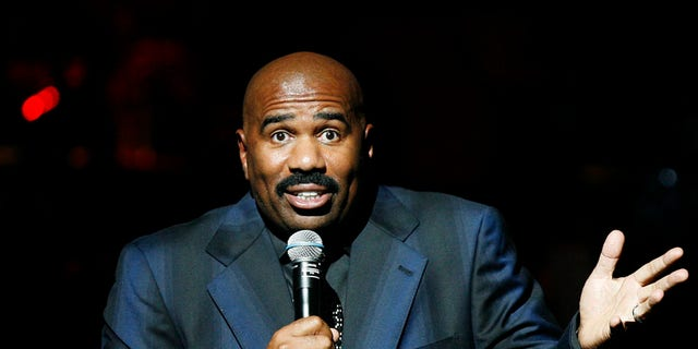 Entertainer Steve Harvey addresses the crowd during the Apollo Theatre's 75th anniversary gala in New York, June 8, 2009.     REUTERS/Lucas Jackson (UNITED STATES ENTERTAINMENT) - RTR24GKJ