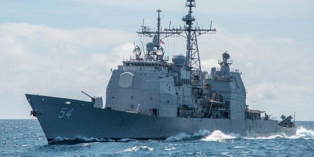 این عکس 6 مارس سال 2016، عکس تصویری که توسط نیروی دریایی ایالات متحده تهیه شده است، نشان می دهد که دریانوردان دریای جنوبی چین، کروز موشکی موشکی Ticonderoga، USS Antietam (CG 54) را نشان می دهد.