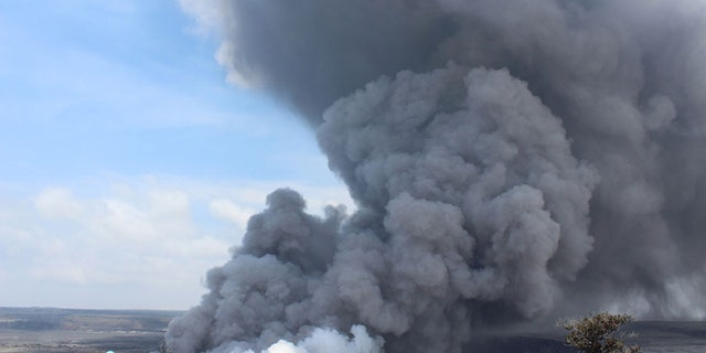 A large plume of ash after an earthquake near the summit of Hawaii's Kilauea volcano on May 25, 2018.