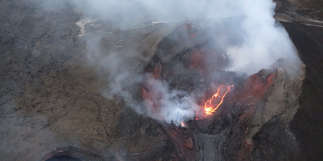 A small lava cone can be seen in the fissure 8 cone.