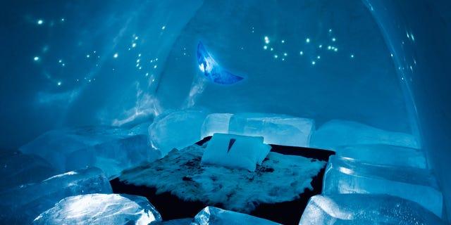 DJ07RN Art suite bedroom created from ice, Ice Hotel, Jukkasjarvi, Kiruna, arctic Sweden