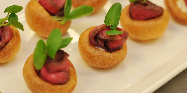 A platter of Mini Yorkshire Puddings with Roast Beef and Horse Radish Cream canapes, akin to those which are usually served at royal receptions, is seen at Buckingham Palace in London March 25, 2011. Staff at Buckingham Palace have lifted the lid on preparations for Prince William's wedding next month, giving an insight into what guests can expect and the amount of work they have put in to make the event a success.  REUTERS/Nick Ansell/POOL  (BRITAIN - Tags: ROYALS ENTERTAINMENT POLITICS FOOD) - RTR2KJGZ