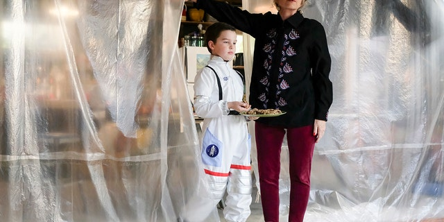 """""""A Sneeze, Detention, and Sissy Spacek""""  - Pictured: Sheldon (Iain Armitage) and Meemaw (Annie Potts). When flu season hits Medford, Sheldon takes extreme measures to remain healthy, on YOUNG SHELDON, Thursday, Feb. 1 (8:31-9:01 PM, ET/PT) on the CBS Television Network. Photo: Darren Michaels/Warner Bros. Entertainment Inc. © 2017 WBEI. All rights reserved."""