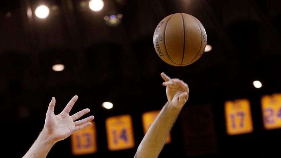 17602421-Spurs Warriors Basketball
