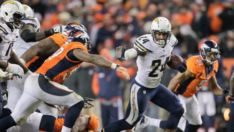 5b655460-Chargers Broncos Football