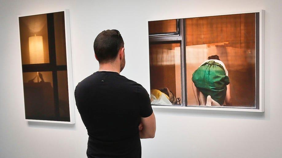 d0175c5b-Peeping Art