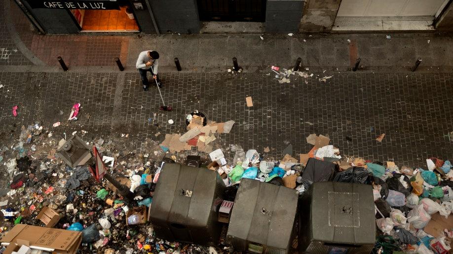 d9471856-APTOPIX Spain Trash Strike