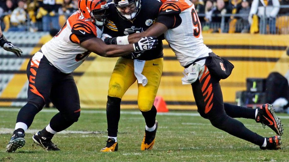 fb467c84-Bengals Steelers Football