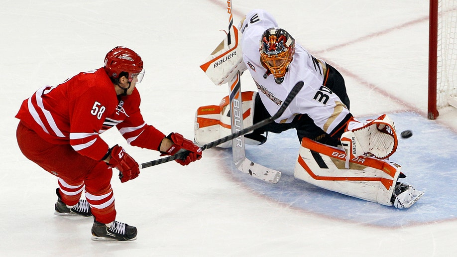 40f8ba56-Ducks Hurricanes Hockey