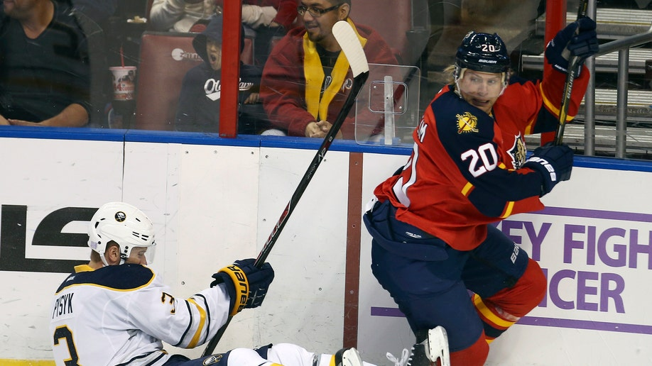 12269971-Sabres Panthers Hockey