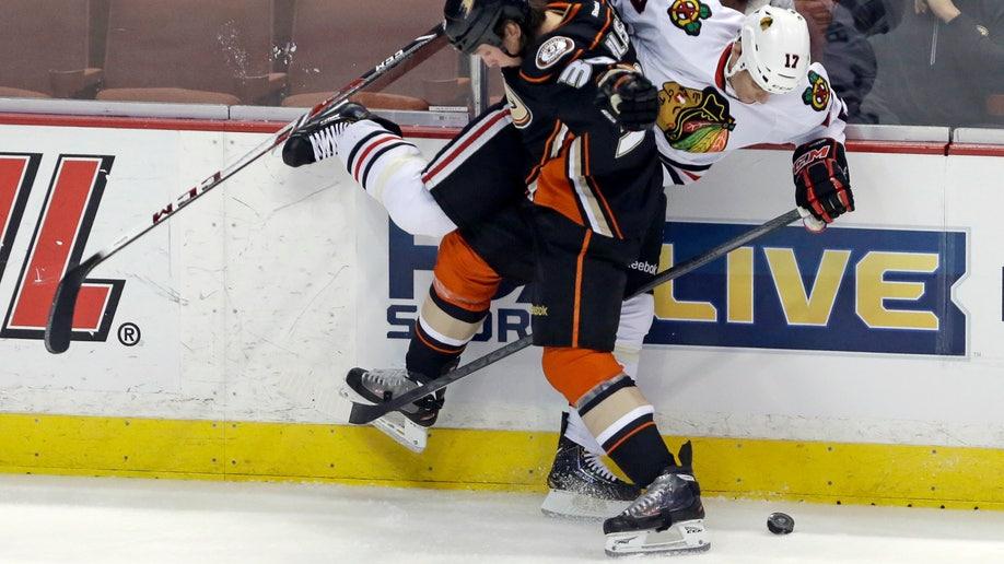 2e4f30e1-Blackhawks Ducks Hockey