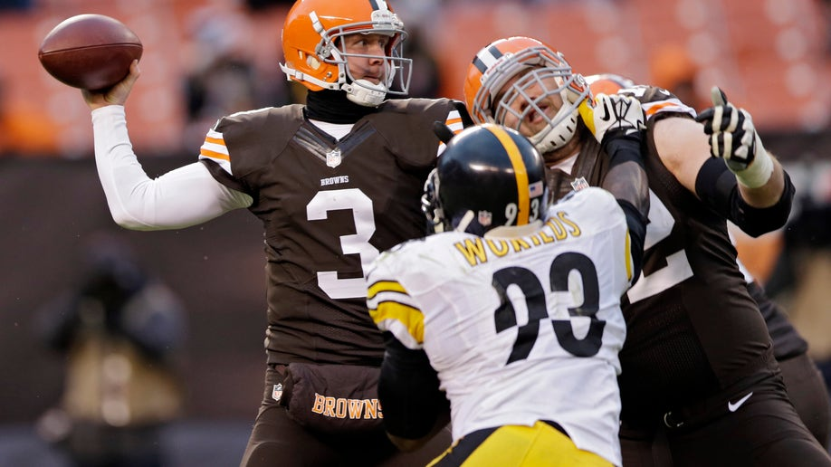 f84968e9-Steelers Browns Football