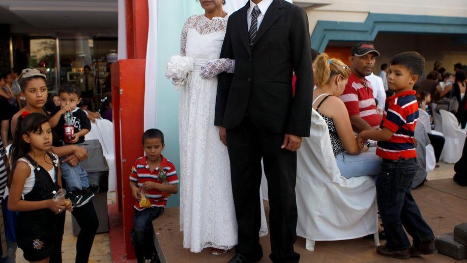 5807db15-Nicaragua Mass Wedding