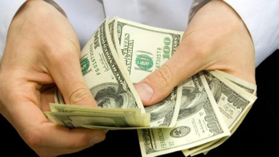 69652147-money in the hands