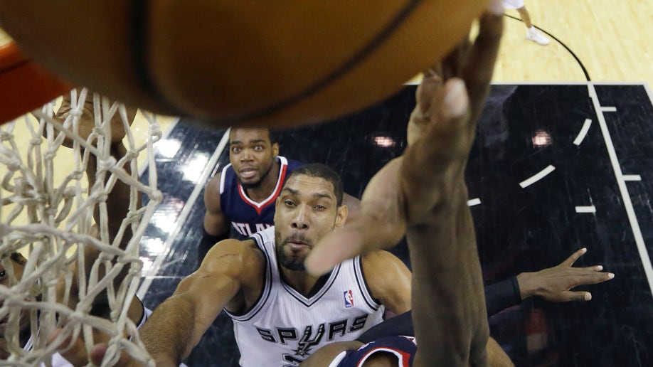 bc59a919-Hawks Spurs Basketball