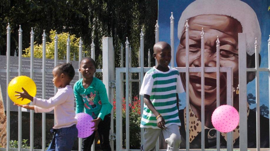 816f1714-South Africa Mandela Hospitalized
