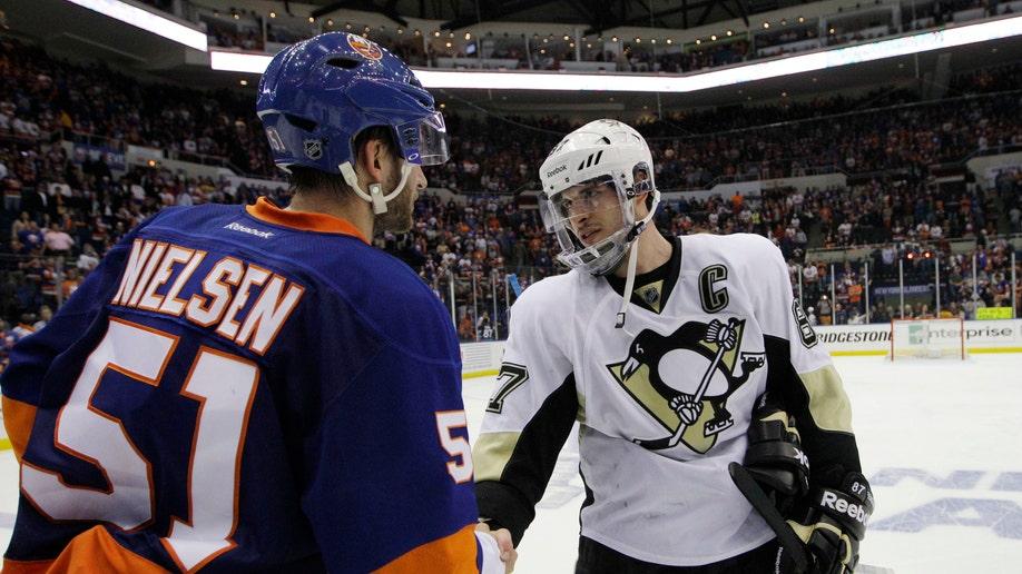 34677c7c-Penguins Islanders Hockey