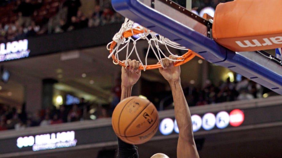 77fd6d55-Bulls 76ers Basketball