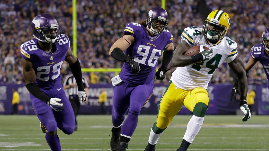 acb8a131-Packers Vikings Football