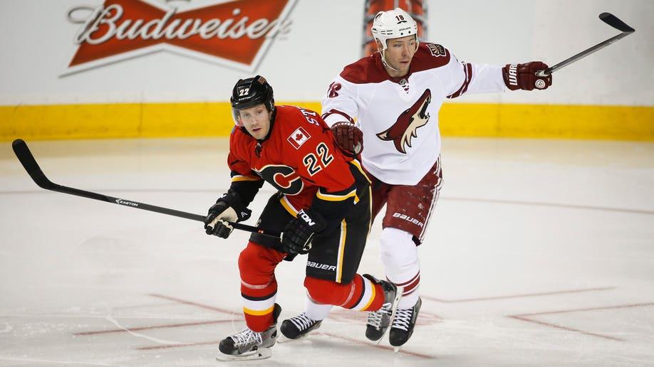 9152b850-Coyotes Flames Hockey