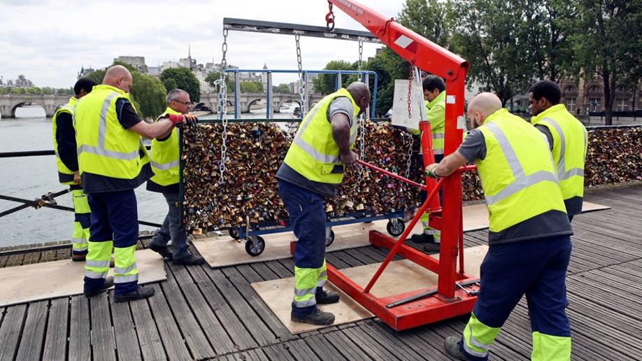 c3d1c16b-France Love Locks