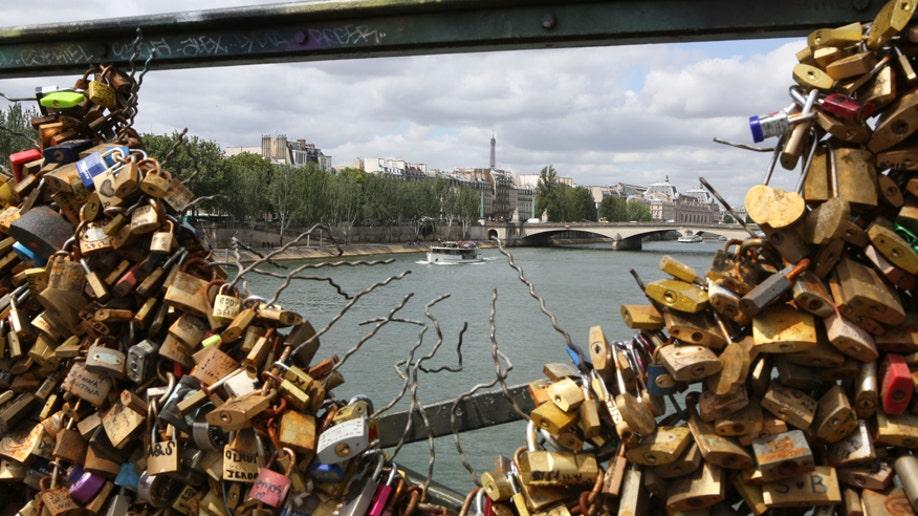 5e697c43-France Love Locks