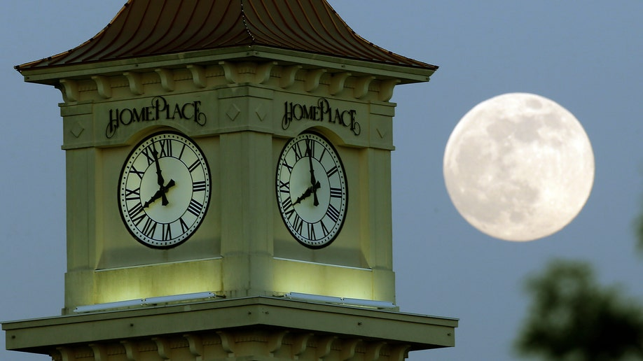 Supermoon_2013_clocktower