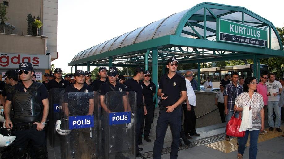 934215f2-Turkey Kissing Protest