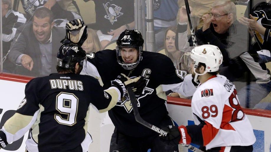 23621147-Senators Penguins Hockey