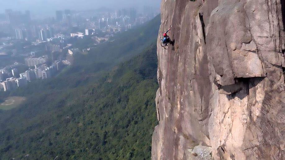 59f6c8e0-hk_climber_awr