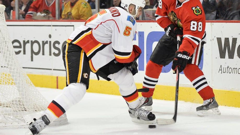 e876ffc8-Flames Blackhawks Hockey