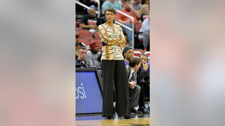 84c64a5d-LSU Louisville Basketball