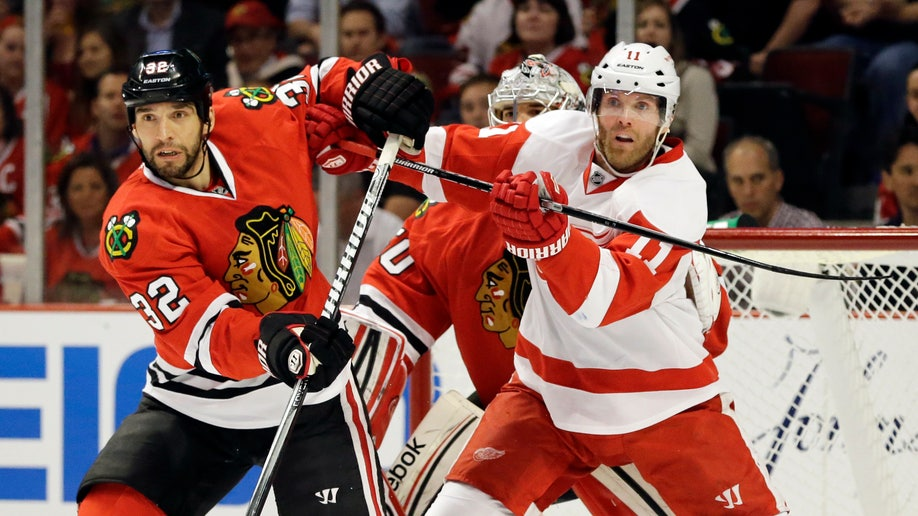 046b1fda-Red Wings Blackhawks Hockey