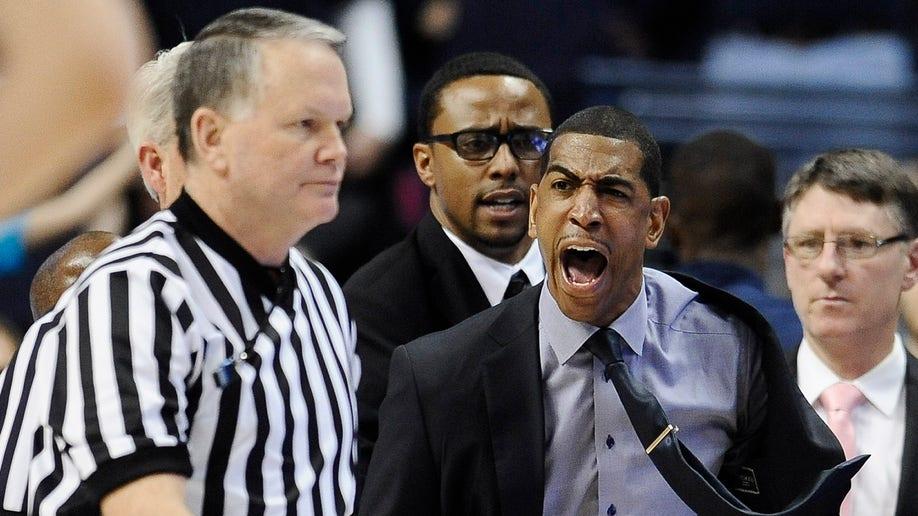 57e725b3-Louisville UConn Basketball