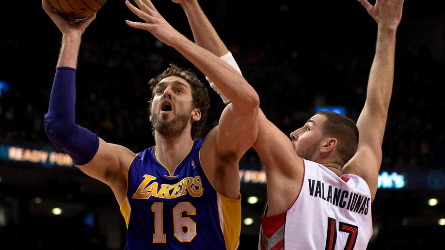 a9afcfc2-Lakers Raptors Basketball
