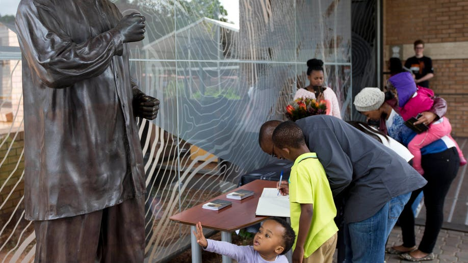efc889fe-South Africa Mandela Mourning