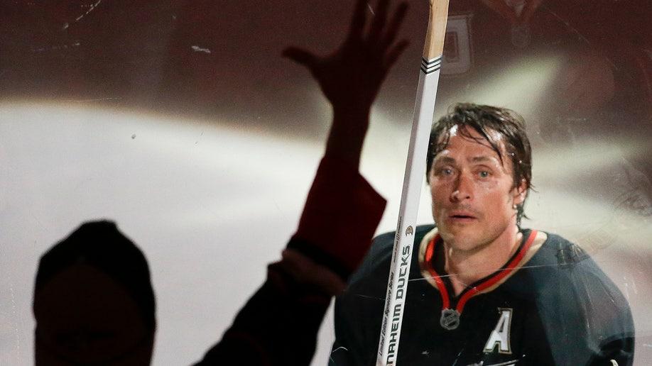 d8cfd7ea-Red Wings Ducks Hockey