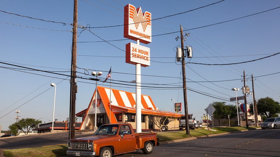 Food fight at Texas Whataburger caught on video
