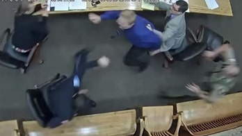 Oregon man lunges for police officer's gun during trial in shocking video