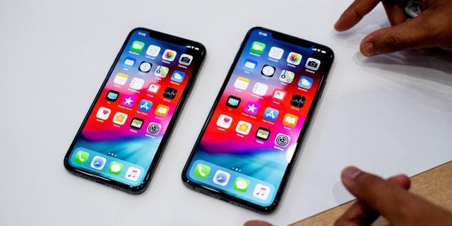 آیفون Xs Max (R) و آیفون Xs اپل در حین برگزاری مراسم در 12 سپتامبر 2018 در کوپرتینو ، کالیفرنیا روی میز قرار می گیرند.