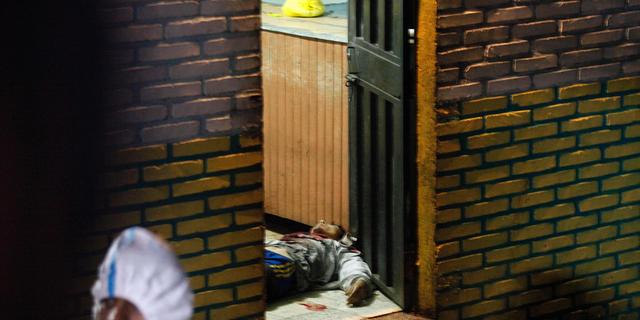 طبق گفته پلیس، در روز جمعه 19 اکتبر 2018 بدن در داخل یک نوار در جامعه کامایاگوئه، هندوراس کشیده شده است. حداقل 8 نفر کشته و دو نفر دیگر در روز جمعه به مجروح شدن رسیده اند. (AP Photo / فرناندو آنتونیو)