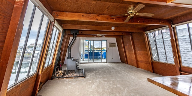 The houseboat was listed September 30.