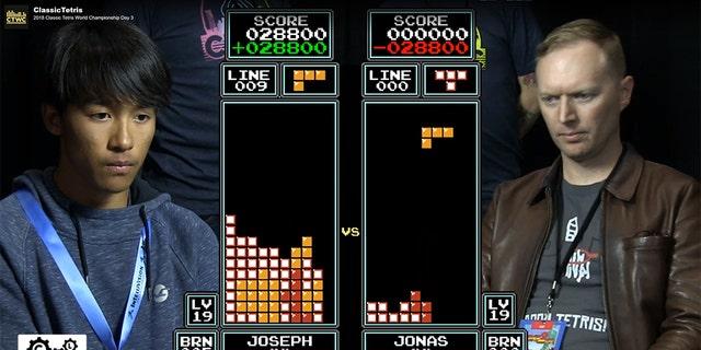 Joseph Saelee (left) defeatedJonas Neubauer (right) to win the2018 Classic Tetris World Championship.