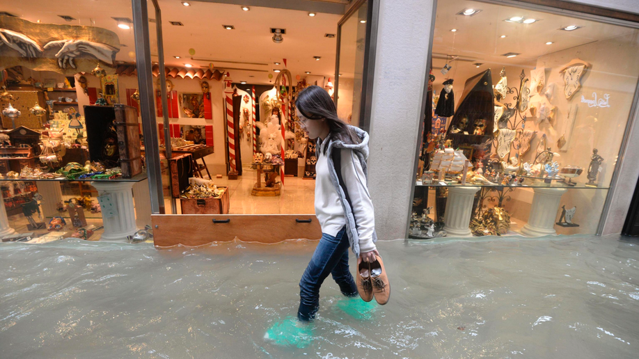 Tourists stuck as floods hit Venice