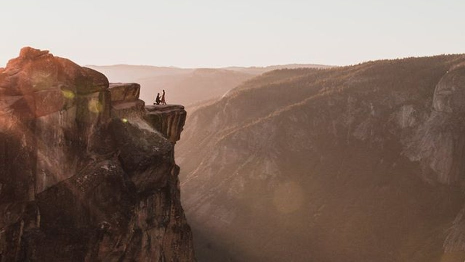 Photographer captures stunning photo of mystery couple's proposal at Yosemite
