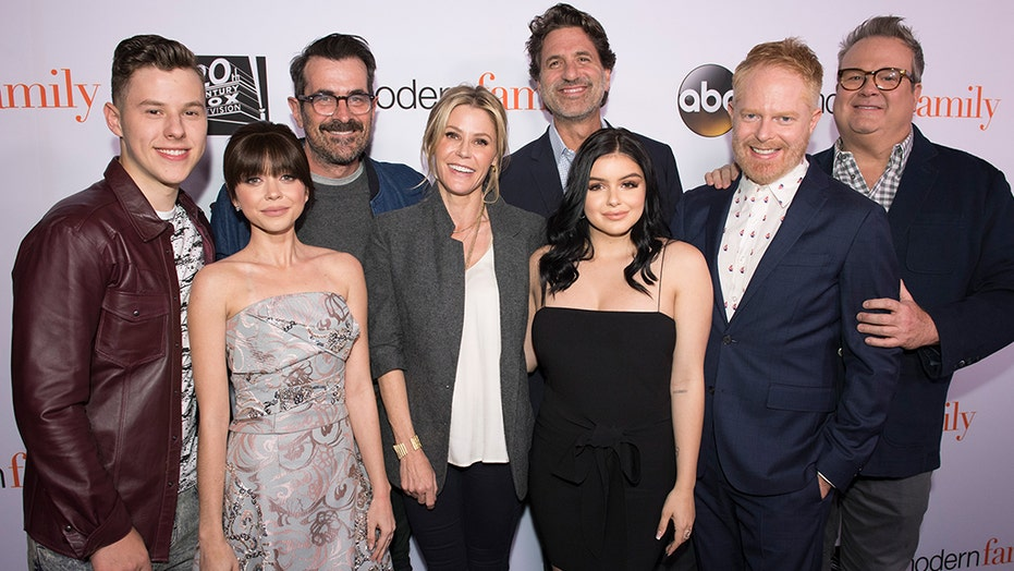 modern family\u0027 cast re creates group photo 10 years later Modern Family Intro