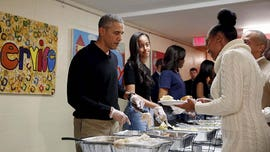 Obama makes early Thanksgiving visit to Chicago food bank
