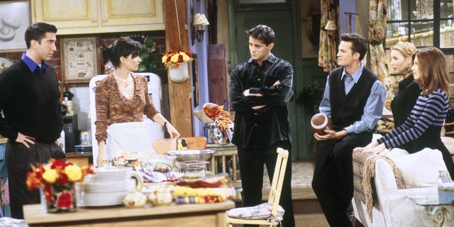"""The One with the Football"" Episode 6 -- Op die foto: (l-r) David Schwimmer as Ross Geller, Courteney Cox Arquette as Monica Geller, Matt LeBlanc as Joey Tribbiani, Matthew Perry as Chandler Bing, Lisa Kudrow as Phoebe Buffay, Jennifer Aniston as Rachel Green."